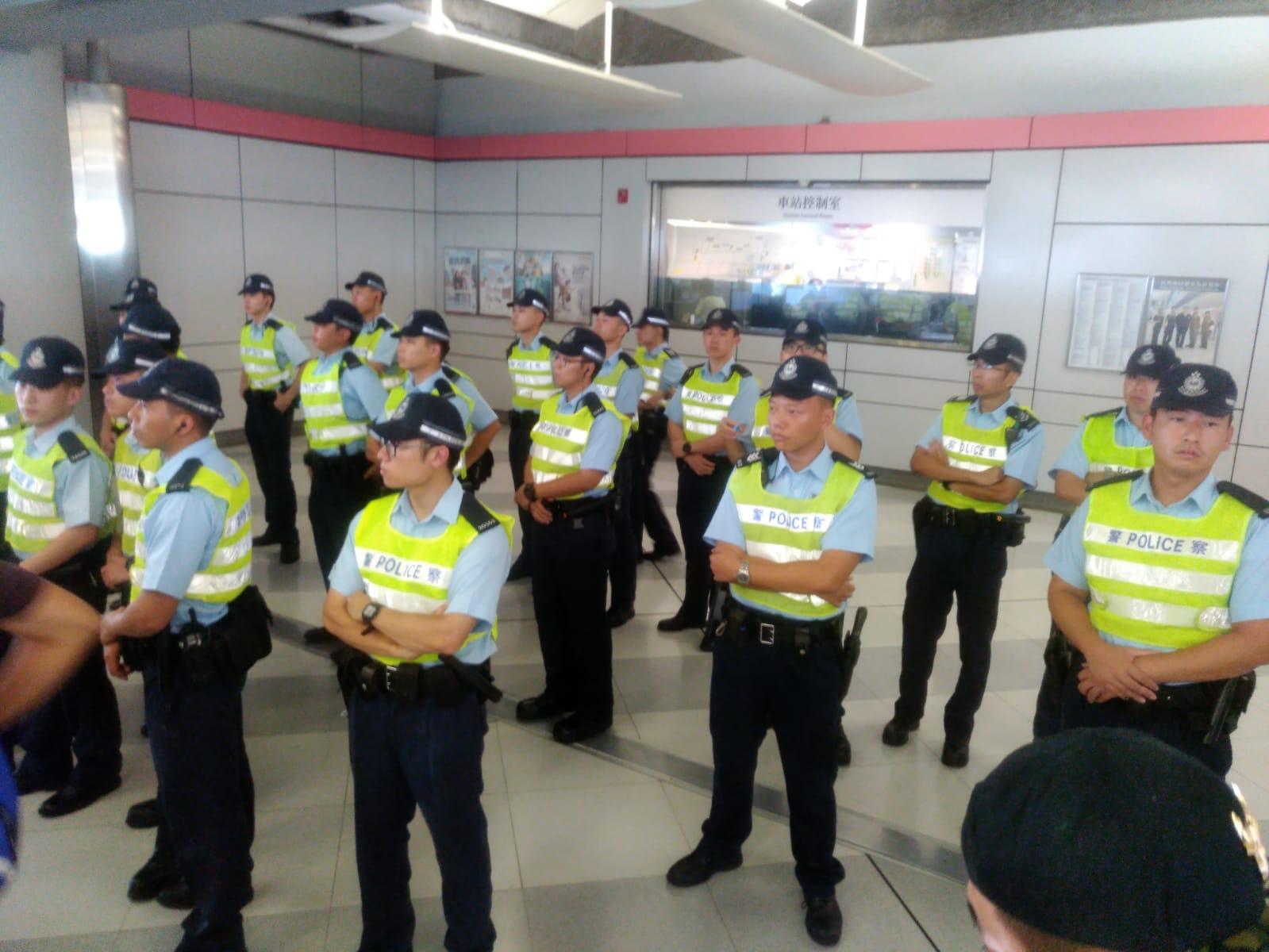 警員在場戒備。