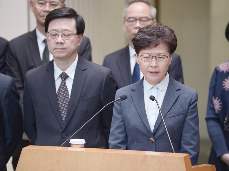 林鄭月娥先譴責塗污國徽再譴責襲擊事件。
