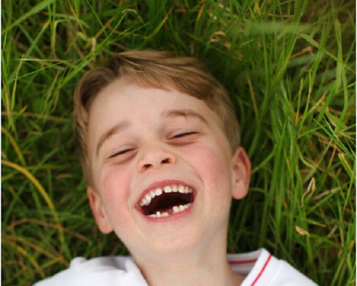 喬治6歲生日缺牙萌笑照由母親凱特王妃操刀。AP圖片