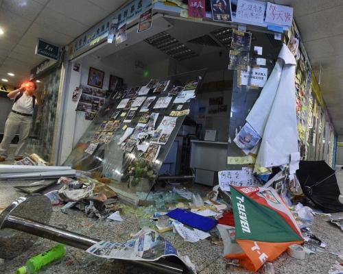 【元朗暴力】何君堯荃灣辦事處玻璃被擊毀 示威者貼標語掟雞蛋