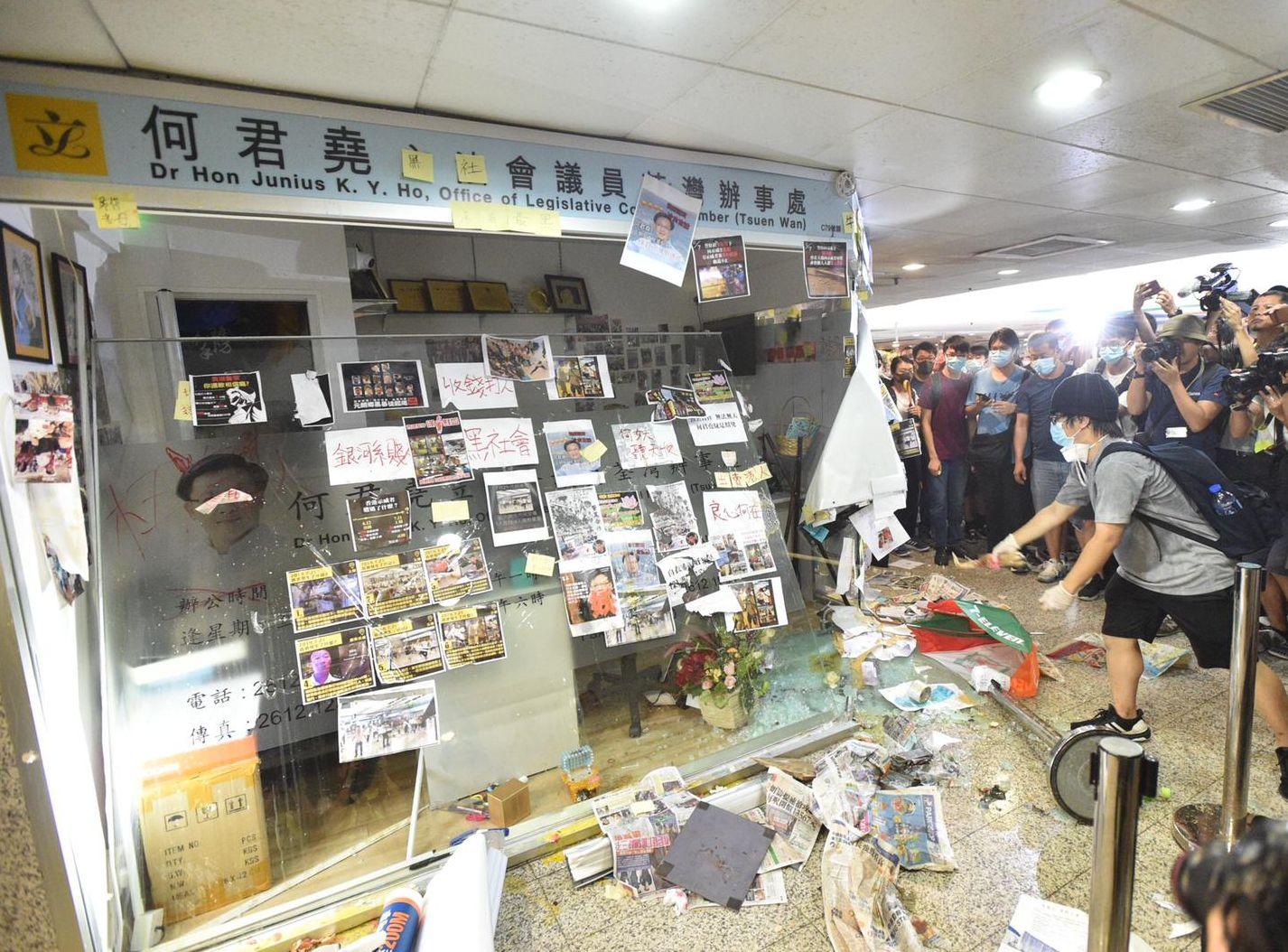 現時辦事處的其中一幅玻璃已被擊毀。