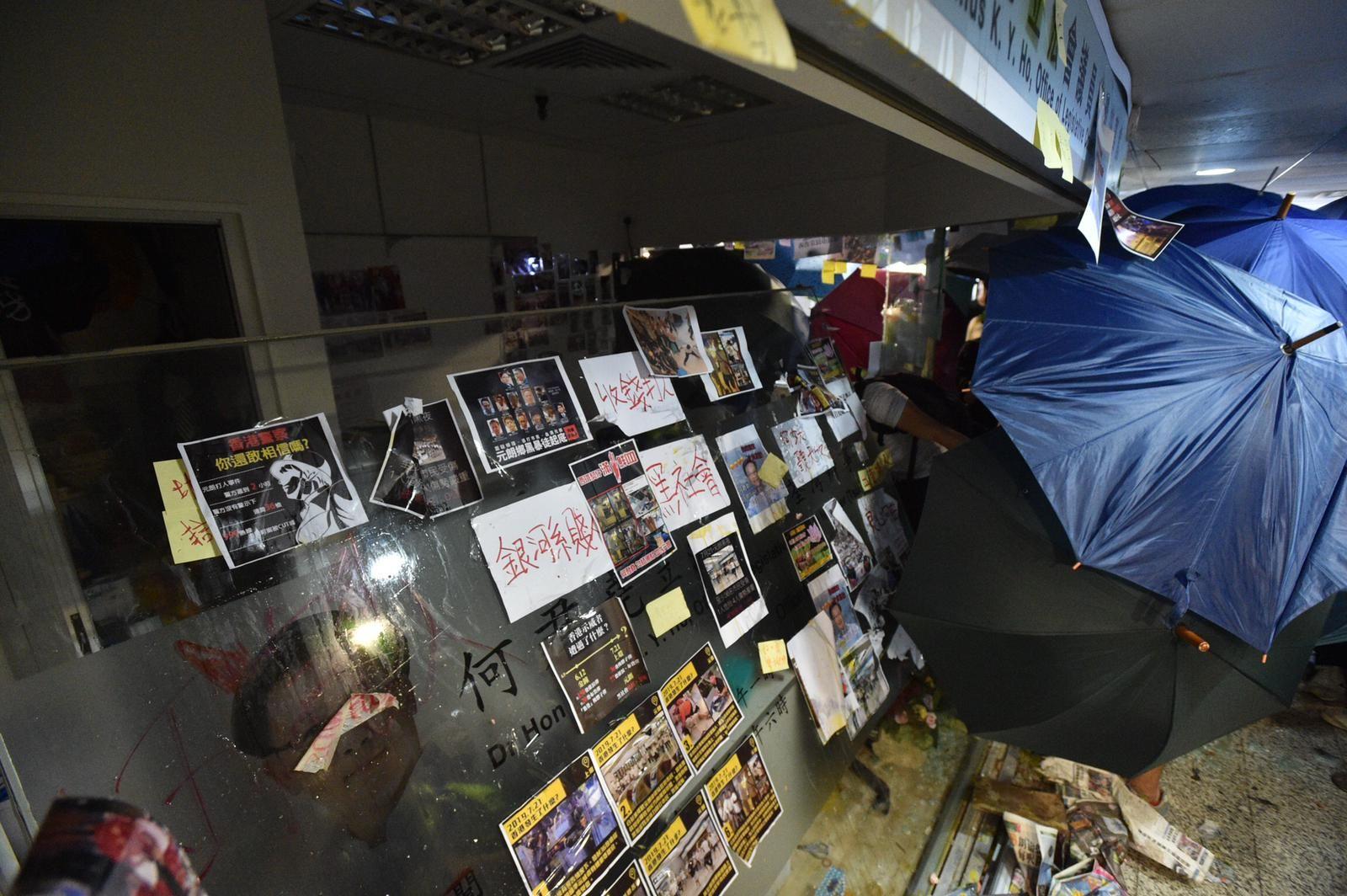 何君堯位於荃灣辦事處的玻璃被擊毀。