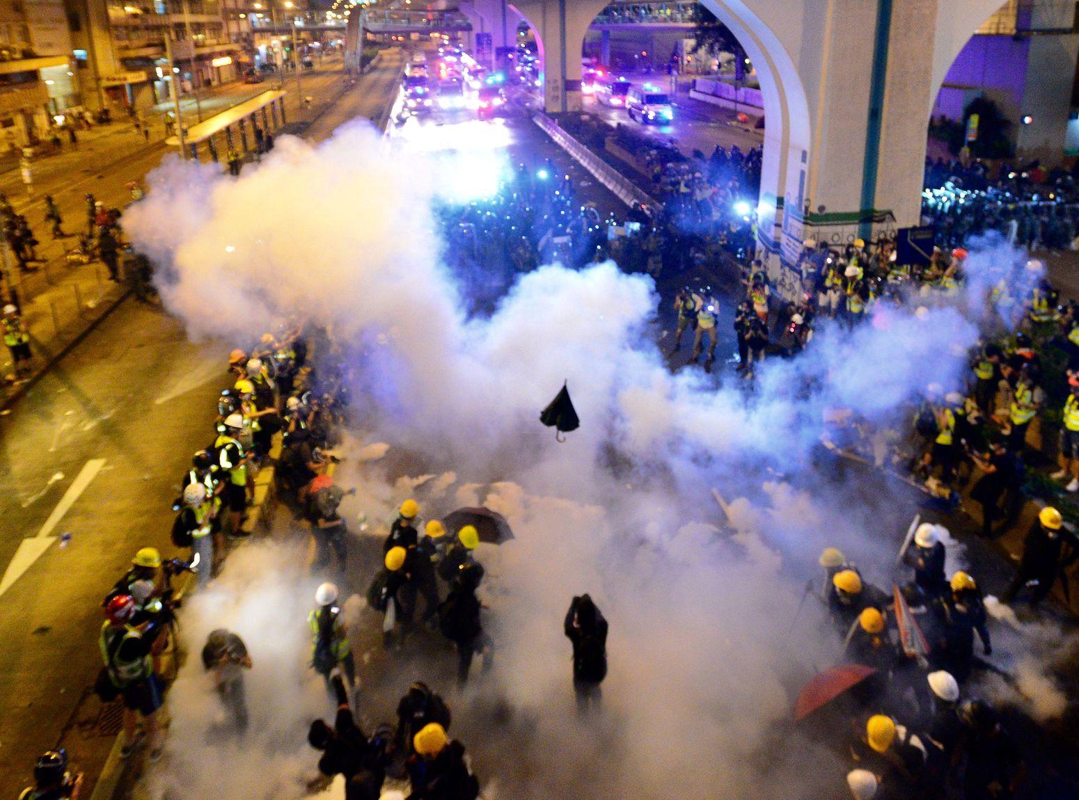 警方在上環信德中心外,施放催淚彈驅散人群。資料圖片