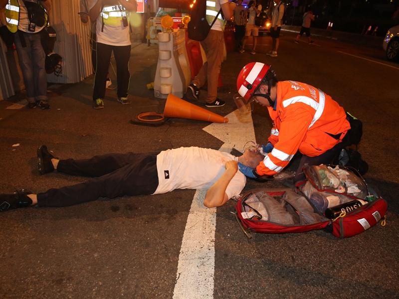 男子疑心臟病發暈倒昏迷,救護員剛巧到場將他送院治理。