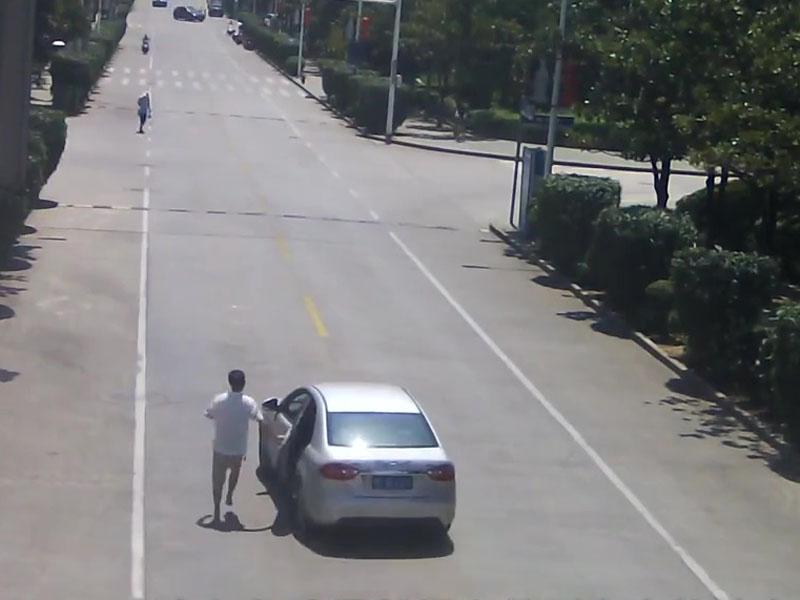 無人駕駛車輛失控一路滑下斜坡,的哥赤腳狂追百米飛身截停。(網圖)