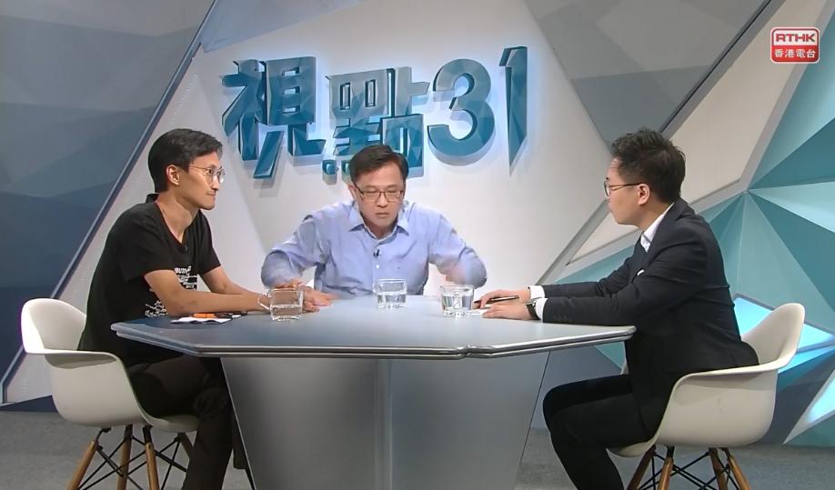何君堯拍枱,指朱凱「佢唔配做議員」。 香港電台視點31 FB截圖