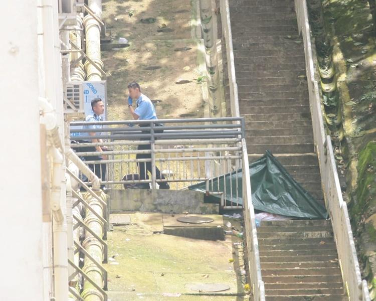 警員到用帆布將屍體遮蓋。楊偉亨攝