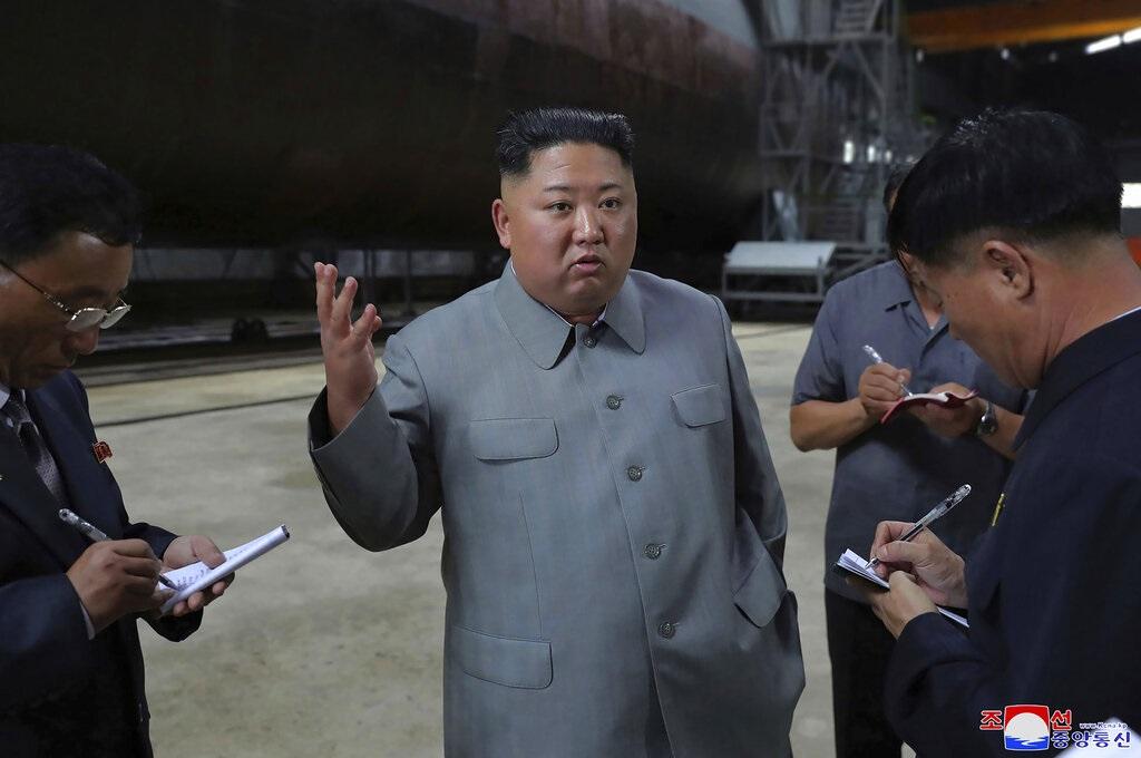 北韓領導人金正恩船廠視察新潛艇。AP圖片