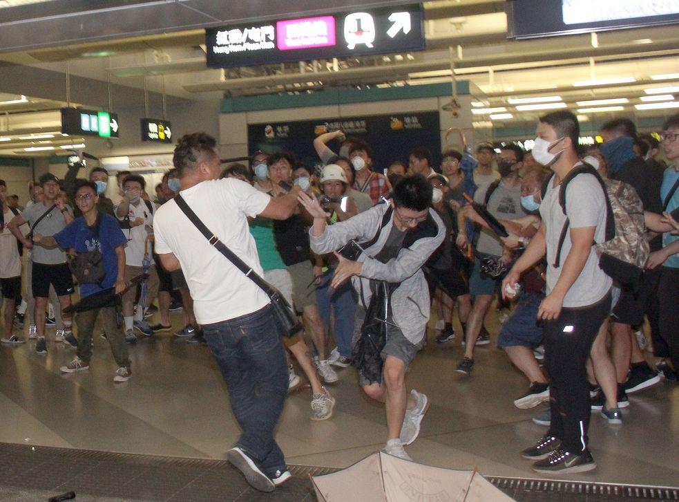 西鐵元朗站前晚有一批「白衫人」追打市民事件。