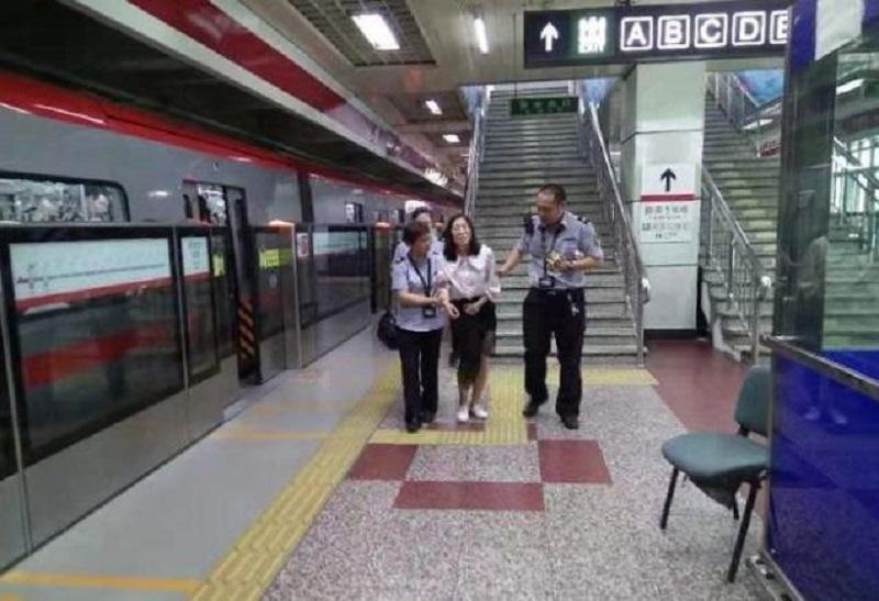 北京地鐵四惠站乘客不適。網上圖片