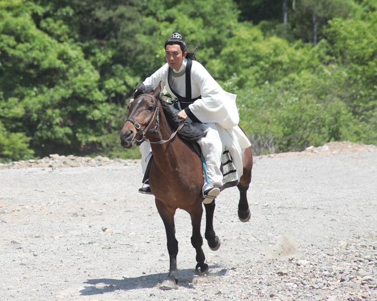 譚俊彥親身上陣騎馬。(劇照)