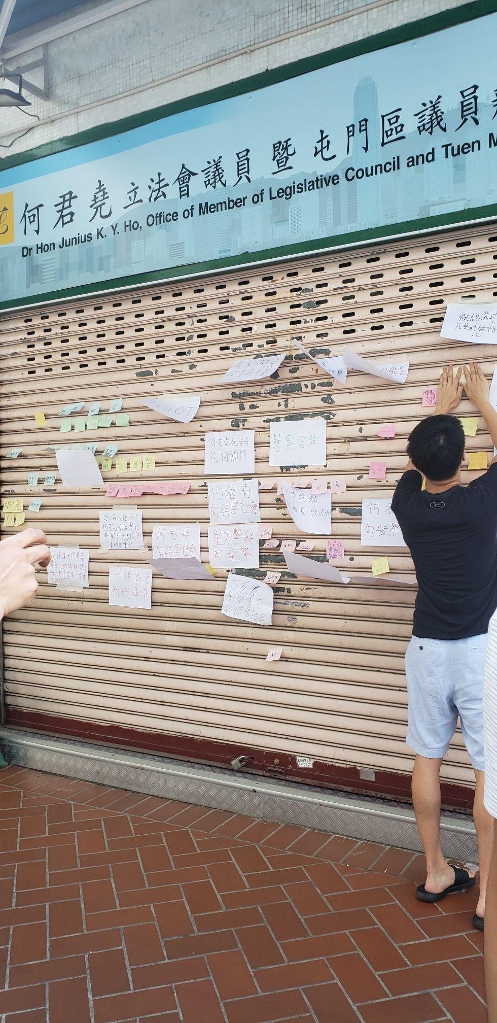 示威者在閘上貼滿標語。網圖
