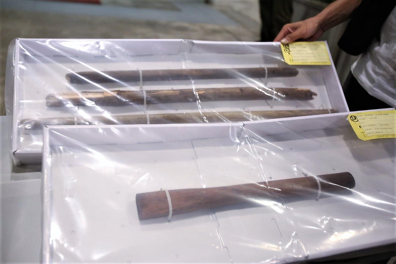 警方早前檢獲的木棍。資料圖片