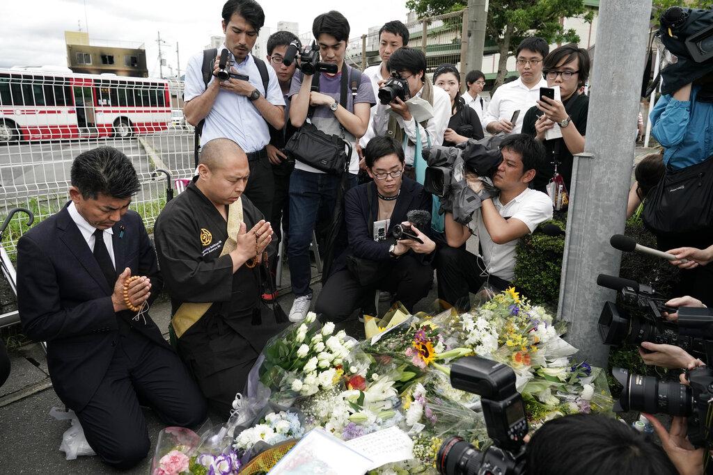 京都動畫火災後,不少市民到案發現場哀悼火災受害者。AP圖