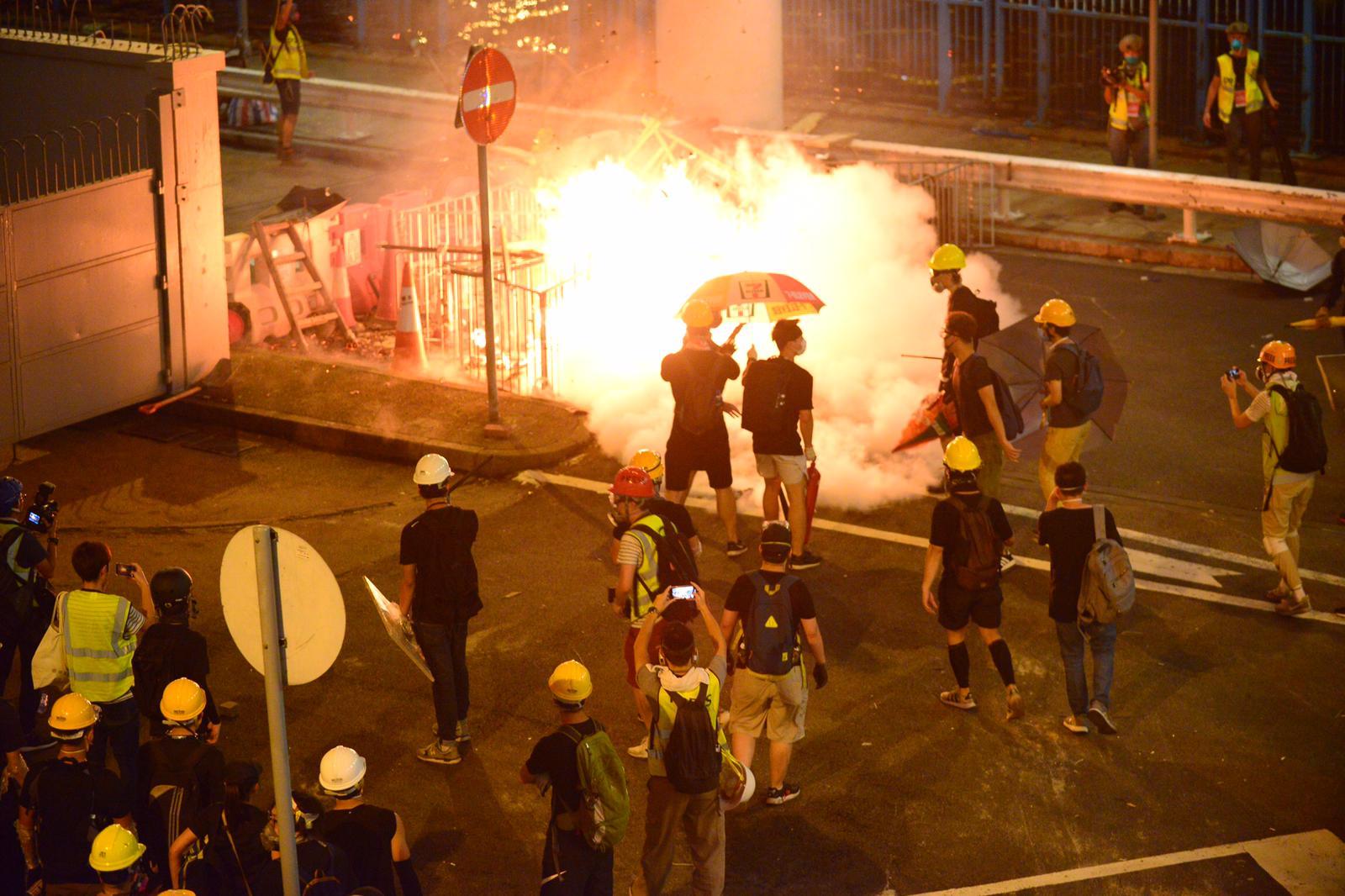示威者衝擊中聯辦大樓並與警方爆發衝突。資料圖片