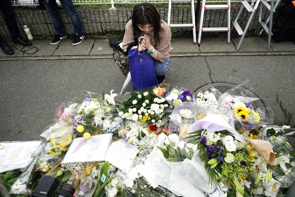民眾到縱火現場悼念死者。AP圖片