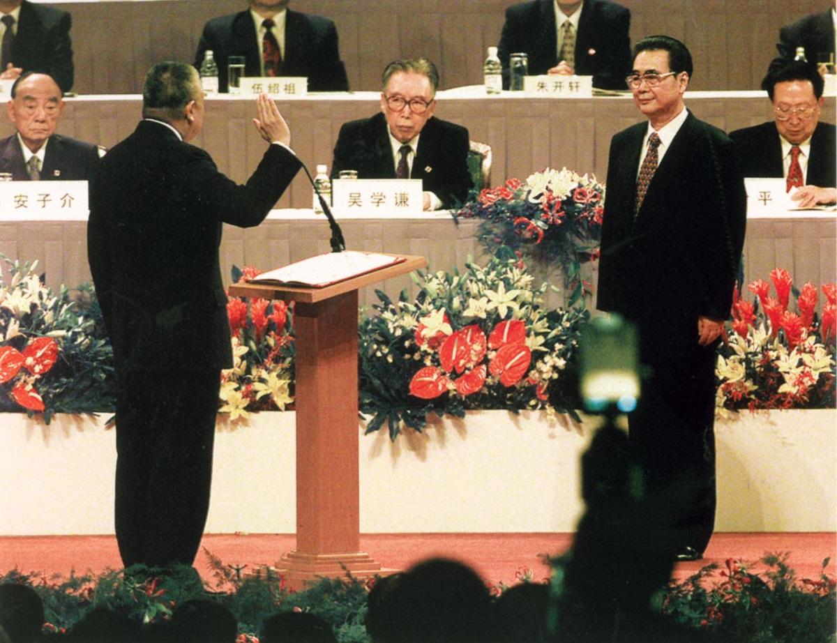 董建華1997年7月1日宣誓就任行政長官,由總理李鵬(右)監誓。資料圖片