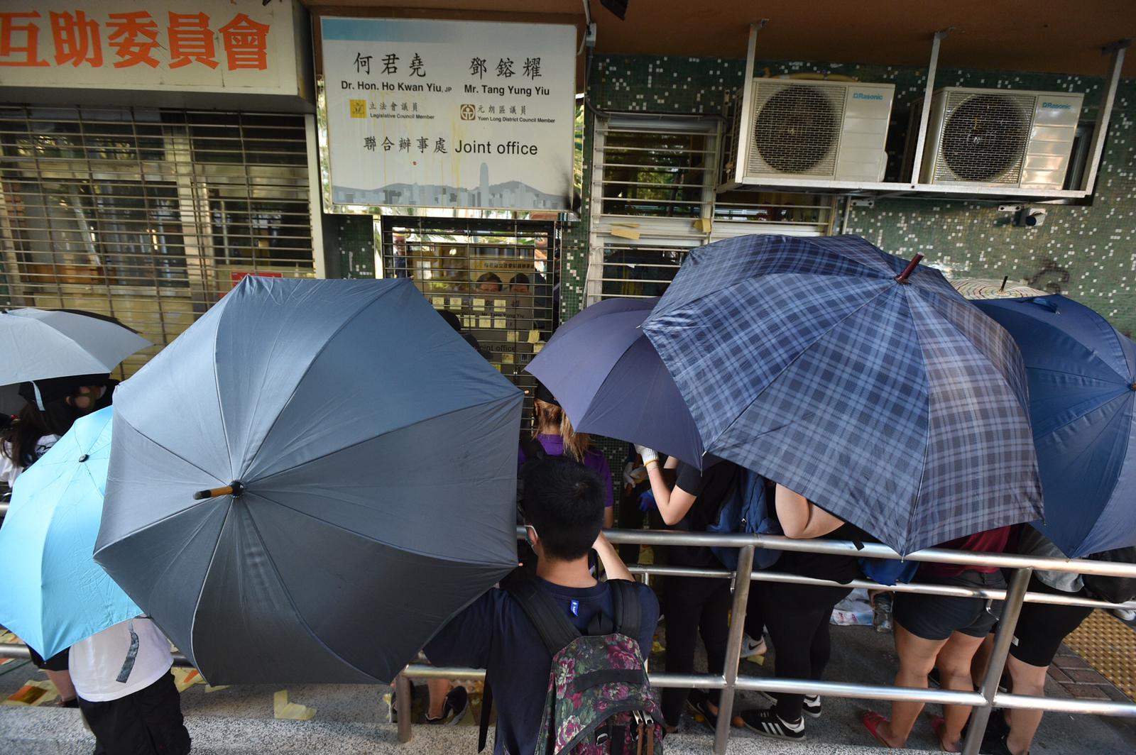 示威者包圍天水圍辦事處。