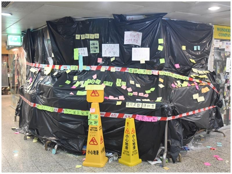 何君堯荃灣辦事處已圍封。