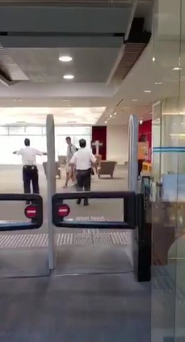 保安隨即進入圖書館阻止。影片截圖