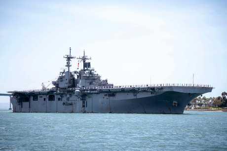 美軍兩棲攻擊艦拳師號(圖)被指於本月18日在荷莫茲海峽擊落一架伊朗無人機。資料圖片