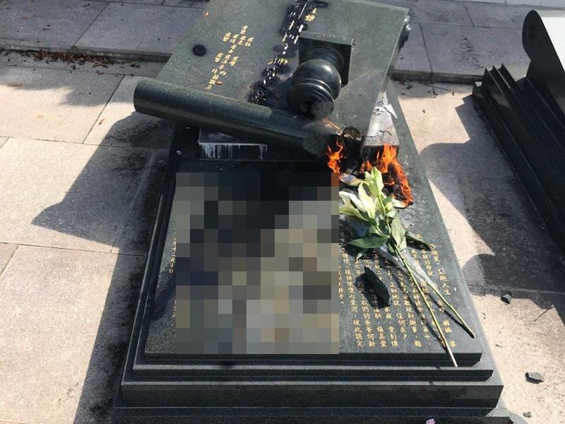 何君堯雙親墓碑被毀壞。