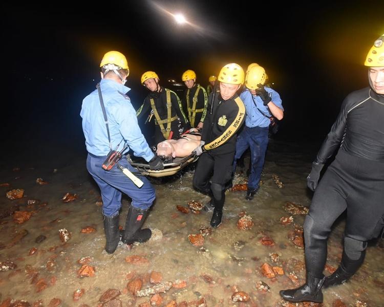 消防蛙人尋獲事主救回上岸。丁志雄攝