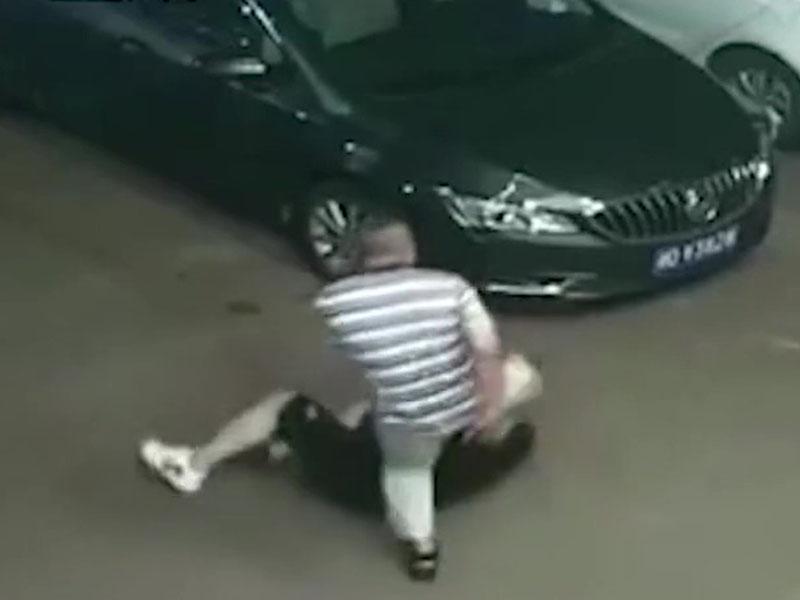 警察張鵬怒打賀國偉。(網圖)
