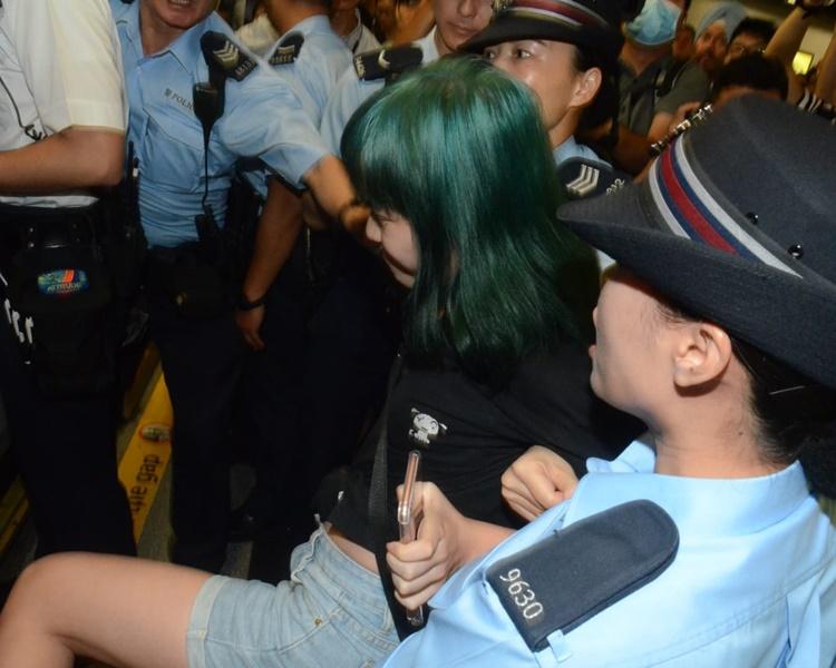 姓鄭少女被警員一度帶走。