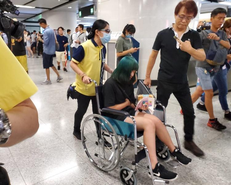 姓鄭少女聲稱不適由職員用輪椅推走。