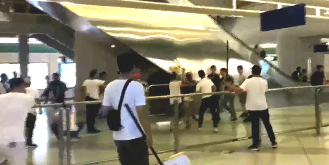 元朗西鐵站上周日有大批身穿白衣暴徒暴力襲擊市民。網上圖片
