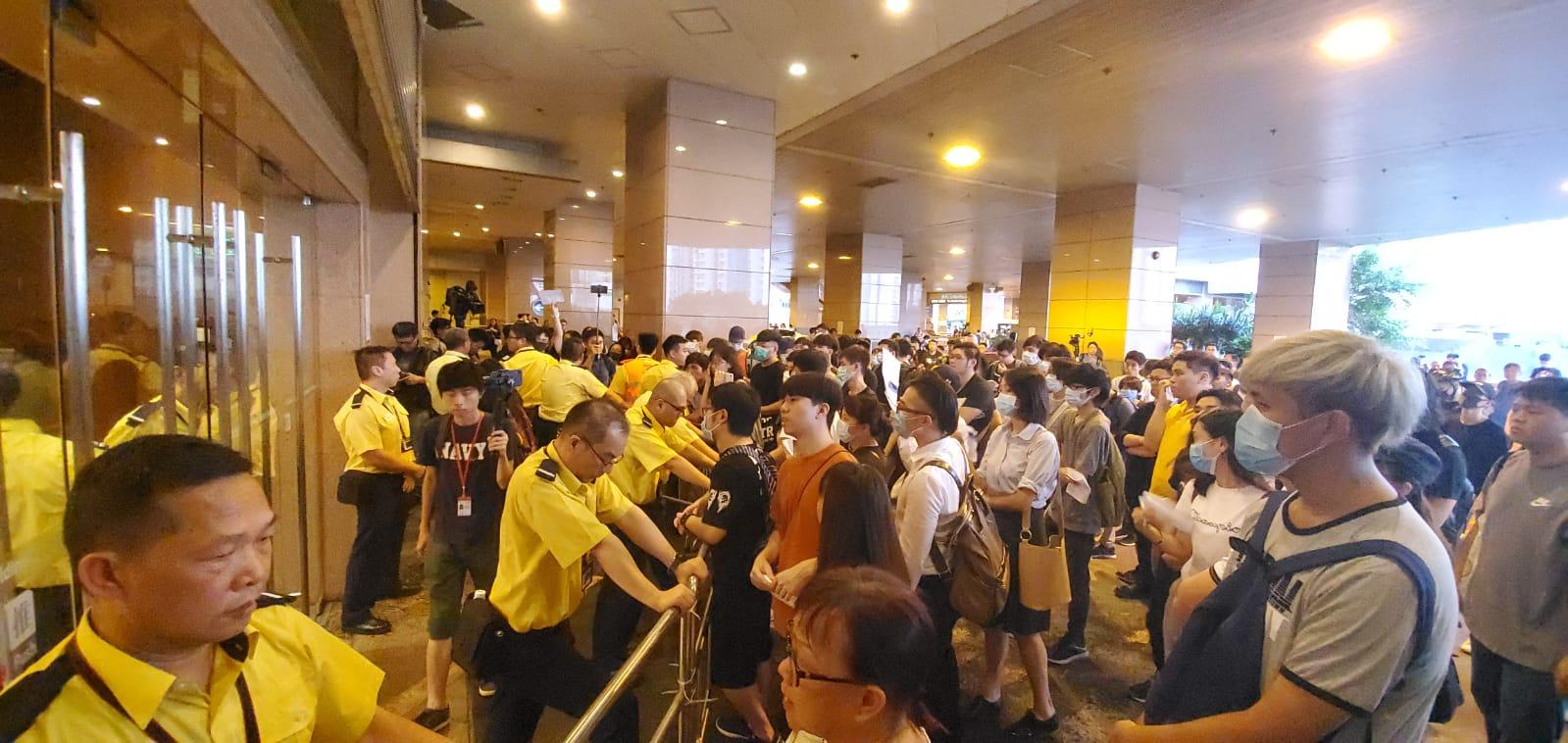 市民包圍港鐵總部抗議