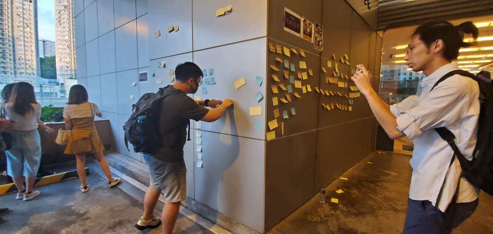 有示威者在港鐵總部貼連儂牆。