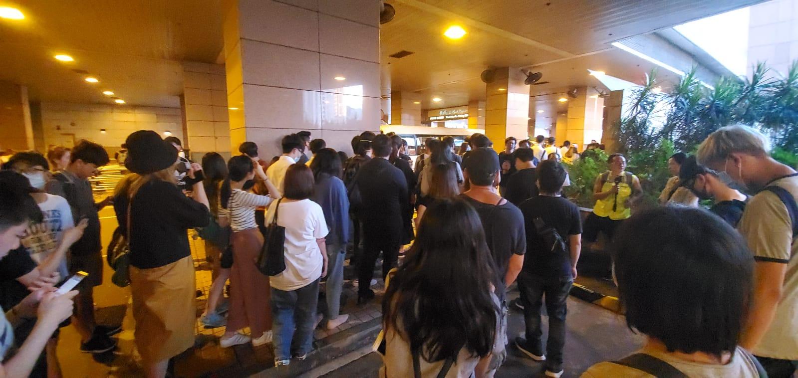 數十人一度包圍港鐵總部