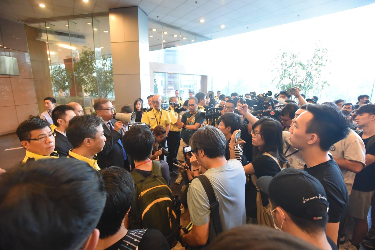 港鐵特別職務總經理 鄭群興到埸對話後離去