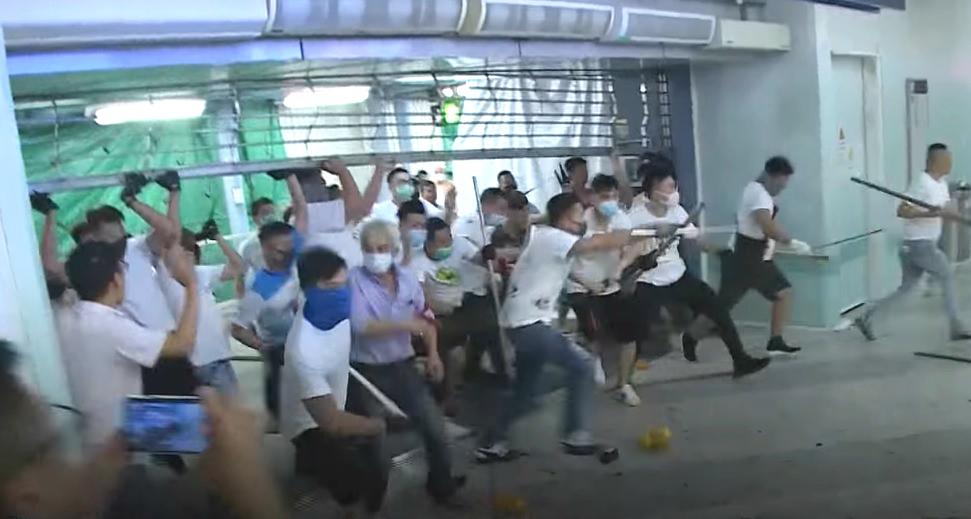 元朗站上周日有暴徒襲擊市民。香港電台截圖