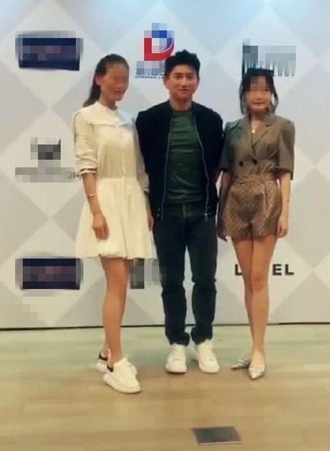 吳奇隆有風度地站在兩名女粉絲中間合照。網圖