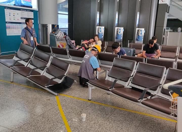 有職員在大堂疑拆除長櫈。 香港突發事故報料區FB/網民Hendrix To圖