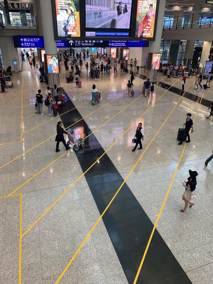 接機大堂的地上貼有一道道黃線。 香港突發事故報料區FB/網民Fung Kai Wing圖