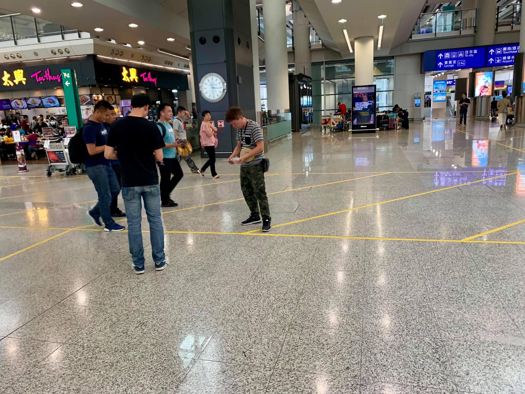 有職員在大堂地上貼黃線。小心駕駛FB/網民Danny Cheng圖
