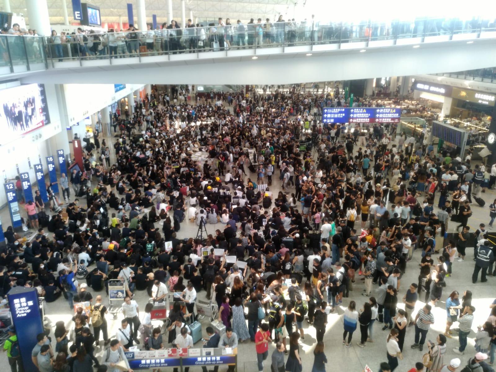 集會在機場接機大堂舉行。