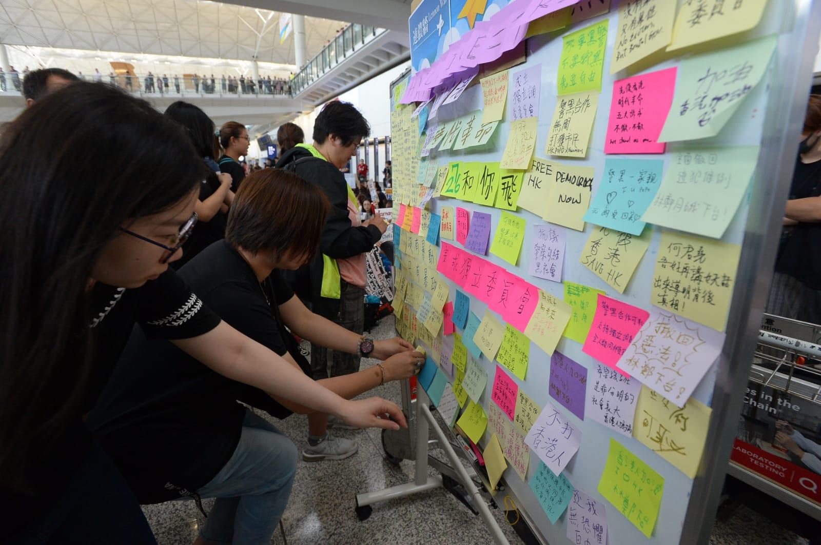 集會人士設置「連儂牆」讓人寫下訴求。