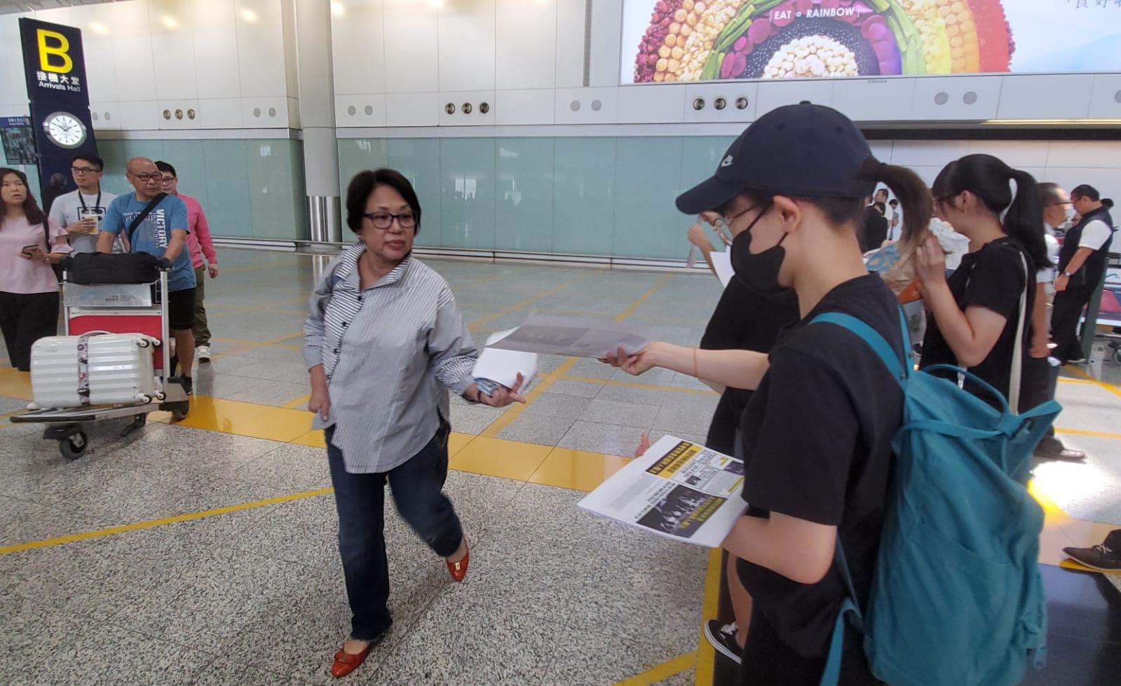 集會人士向遊客派發傳單。