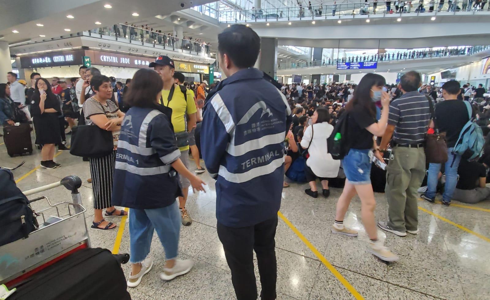 機場管理局派出職員在場維持秩序。
