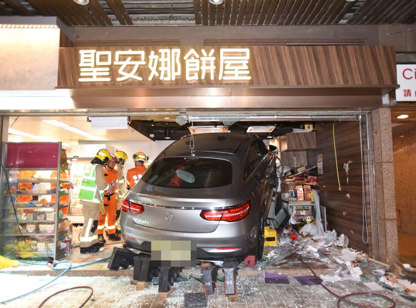 一輛私家車撞入聖安娜餅店內。