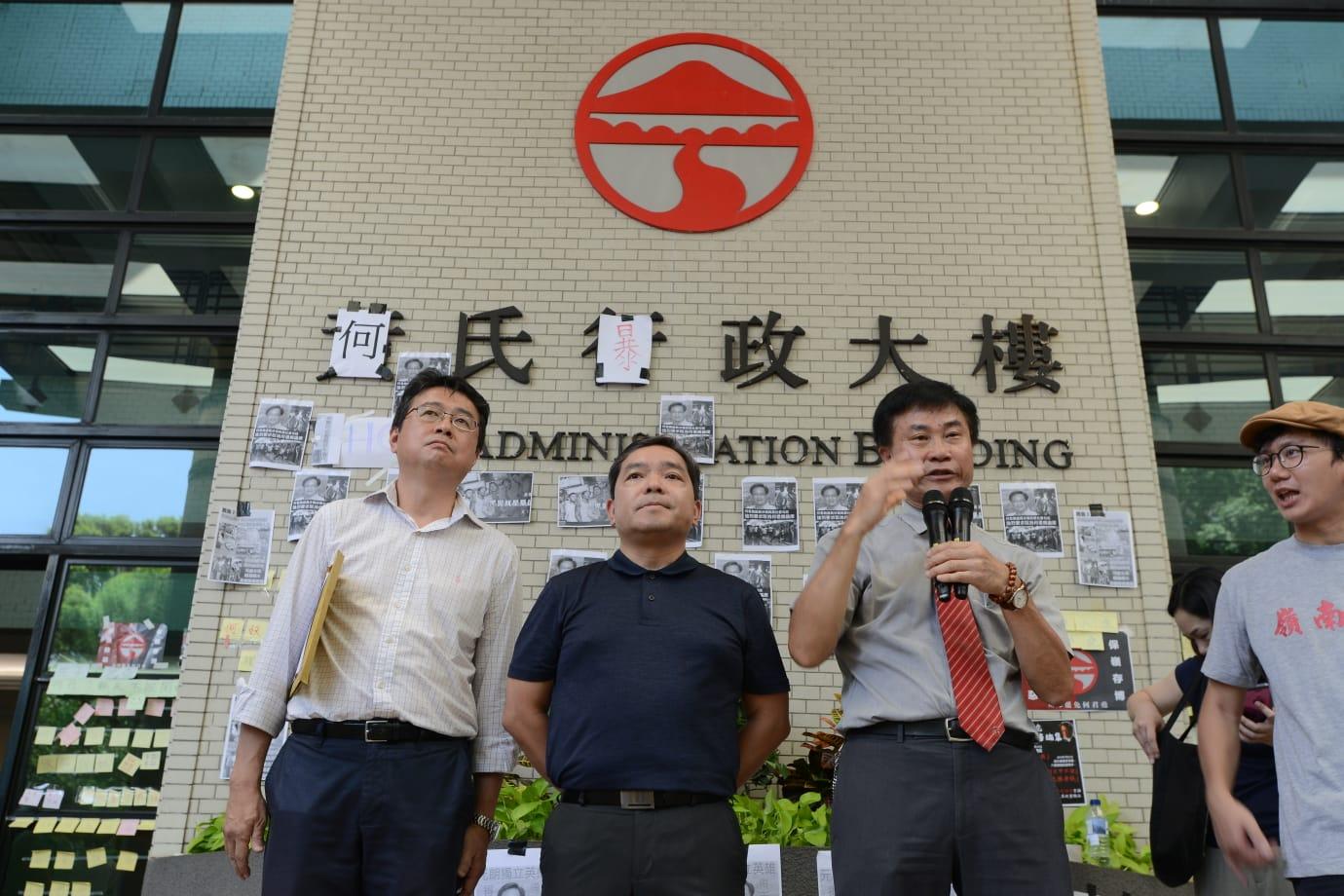 鄭國漢下午1時許現身行政大樓外,並親自接收公開信。