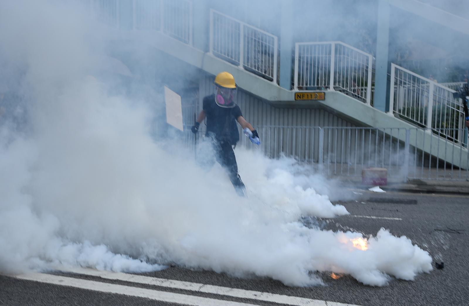 警方在安樂路及泰祥街一帶持續施放催淚煙。