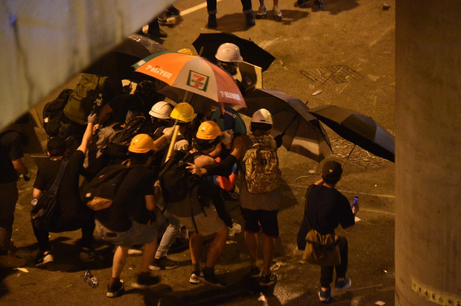 示威者陸續後退到西鐵站