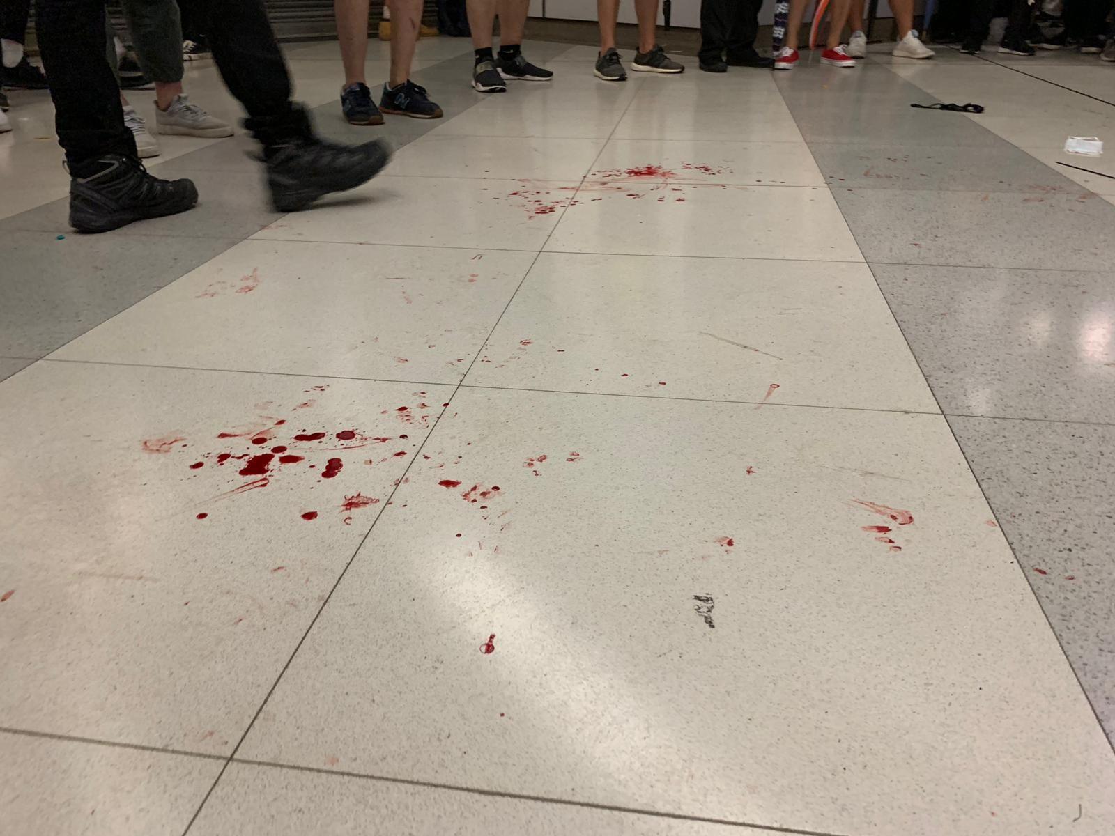 在清場後,現場地面留有血跡。