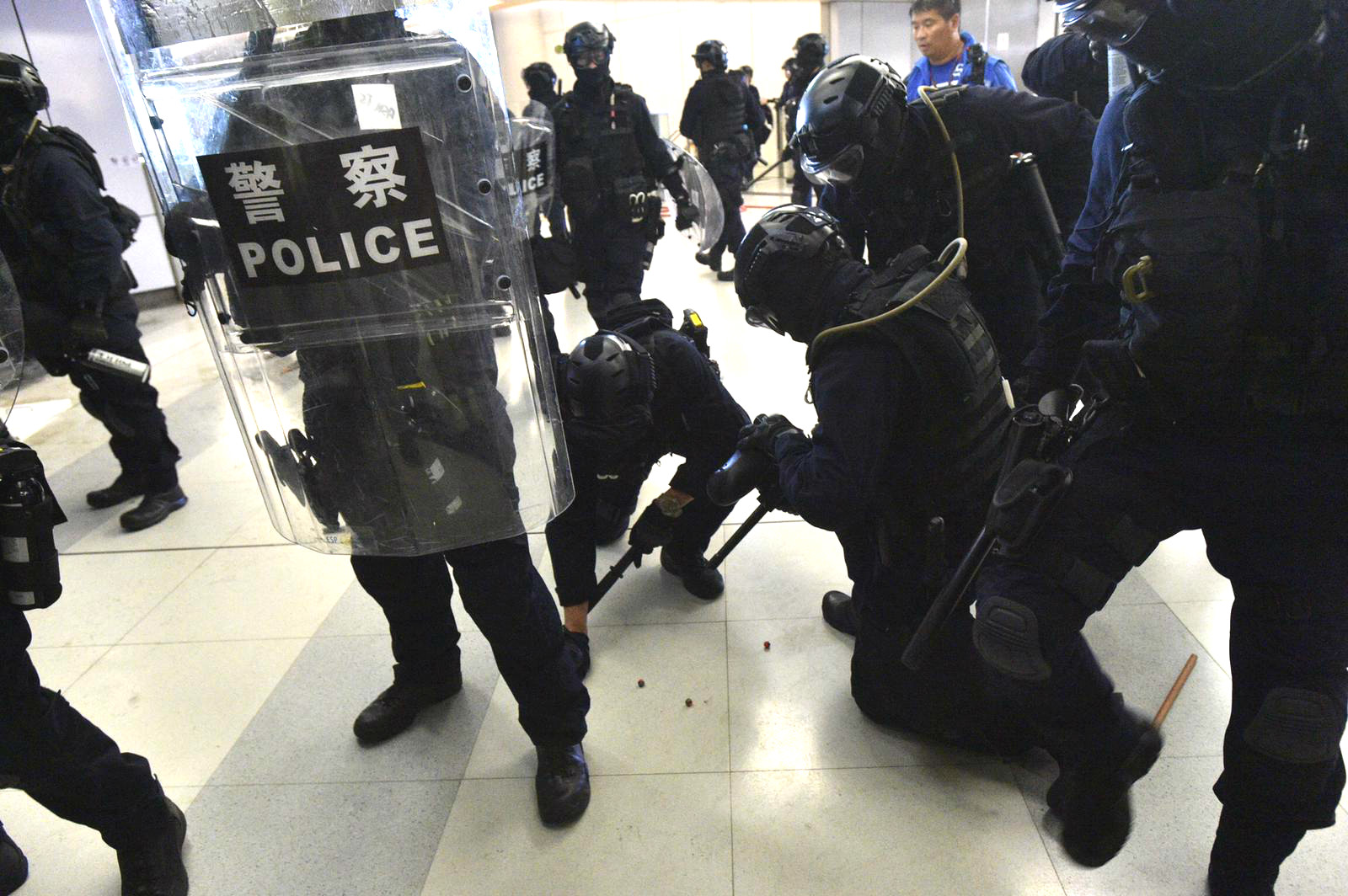 防暴警察與示威者爆發混戰